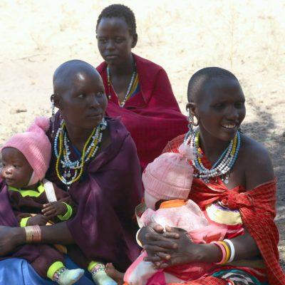 Massaifrauen mit ihren Babys